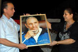 Obsequian a Antonio Guerrero cuadro con imagen de Fidel