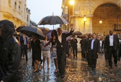 Obama saluda a los pobladores de la Habana Vieja y a la prensa